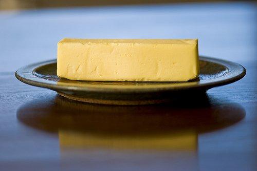 Reich an gesättigten Fetten: Butter.