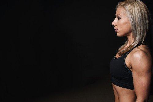 Fitnessmodel Frau Oberarme Trizeps