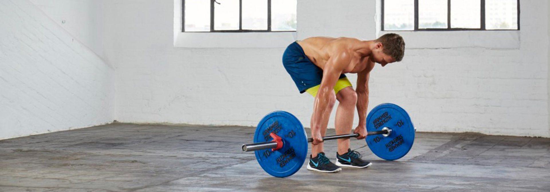 Muskelaufbau Übungen: Kreuzheben mit Langhantel